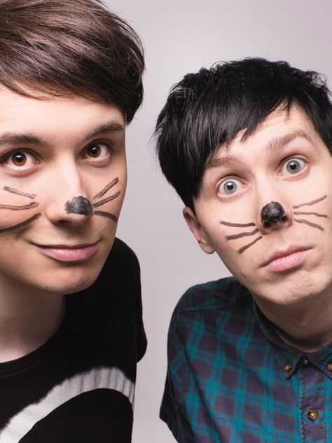 THEIR EYES IN THIS PICTURE ARE SO BRIGHT IT SHOCKED ME WHEN I SAW THIS IN TABINOF IT WAS CRAZY