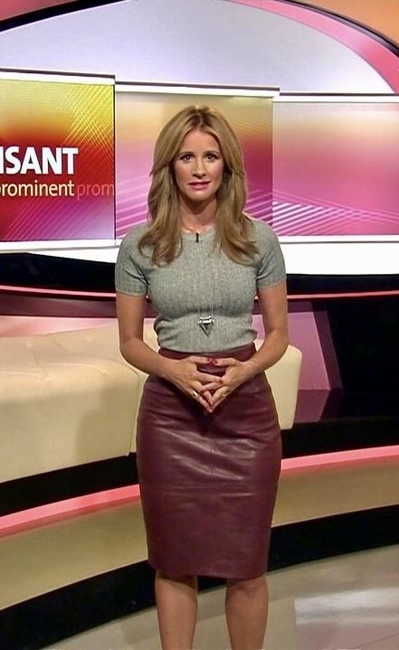 Blonde tv host ingight gray top and maroon leather skirt Graues Oberteil und kastanienbrauner Lederrock