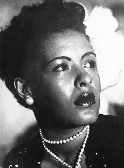 """Billie Holiday (April 1915 – July Portrait of singer Billie Holiday. Printed on front: """"Billie Holiday. Billie Holiday, Jazz Artists, Jazz Musicians, Music Artists, Lady Sings The Blues, Vintage Black Glamour, Foto Art, Jazz Blues, Music Icon"""