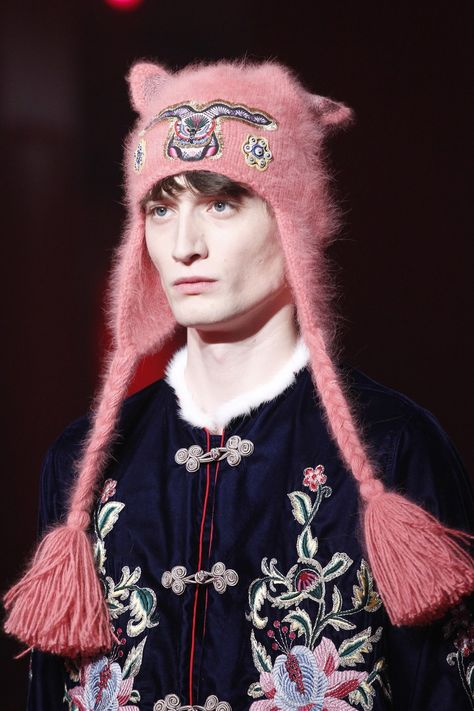 Gucci Fall 2016 Menswear collection, runway looks, beauty, models, and reviews.