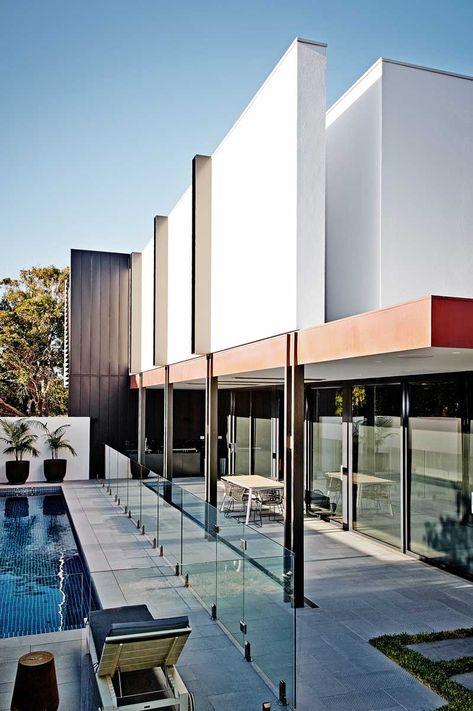 """Indoor/outdoor - Conçue par le cabinet d'architecture australien In2, """"The White House"""" est une maison fonctionnelle avant tout adaptée aux modes de vie d'une jeune famille de la banlieue de Melbourne. Un bâtiment à faible entretien tirant parti des nouvelles technologies et des techniques et des matériaux de construction de pointe."""