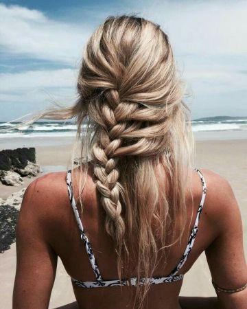 Acconciature da spiaggia per l'estate 2018 con foulard e trecce