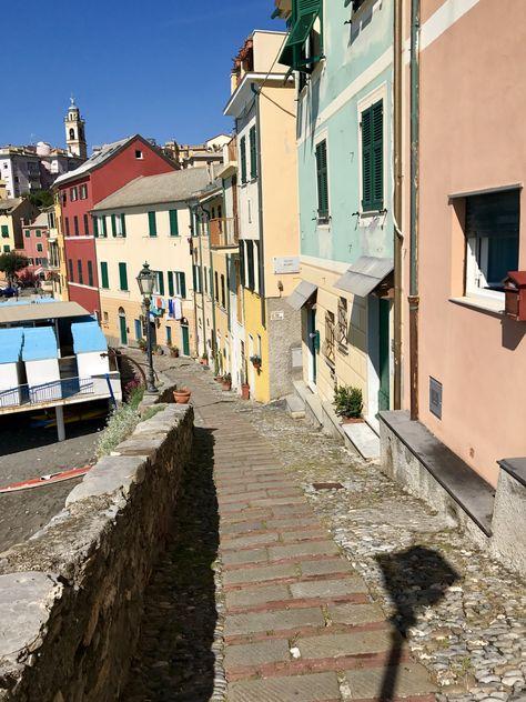 Sullo sfondo le case colorate di Liguria. Un tempo silenzioso, una luce diversa. A Bogliasco. …vegne un po d'aexia, ma solo un pittinin… Piero Bozzo [Bogliasco1910-1992]