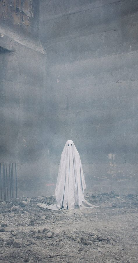 """thefilmstage: """"Mark your calendars. will release David Lowery's A Ghost Story, the best film we saw at Sundance, on July """" Fall Wallpaper, Halloween Wallpaper, Ghost Photography, Macabre Photography, Fotografia Vsco, Sheet Ghost, Real Haunted Houses, Ghost Pictures, Real Ghosts"""