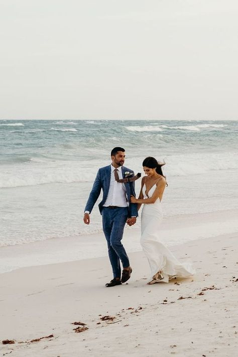 How picturesque is this beach wedding photo 🤩 #summerwedding #beachwedding
