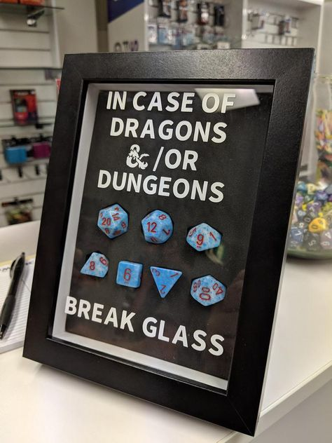 Emergency DnD Dice Frame - We got a new mechanical cutter the other day so clearly we need to make some cool stuff with it. Geek Decor, Games Memes, Nerd Room, Nerd Cave, Dnd Funny, Dungeons And Dragons Game, Dragon Games, Pen And Paper, Geek Culture