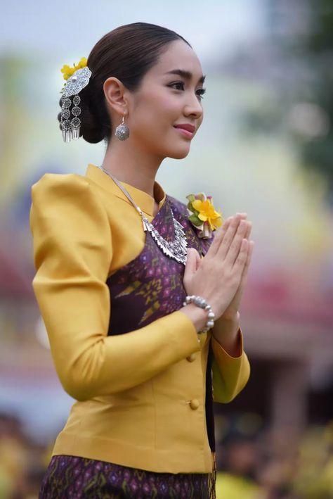 สวยสง า ม น พ ชญา รำบวงสรวงฉลอง 222 ป เม องขอนแก น พร อมนางรำน บแสนคน Asian Beauty Fashion Beauty Traditional Thai Clothing