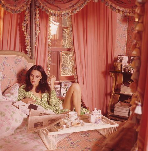 "Vogue called Diane von Furstenberg& Manhattan digs a ""glamour-star's pad."" She said it was ""a woman's apartment,"" and decorated it in pink. Vintage Vogue, Vintage Pink, Vintage Fashion, 70s Fashion, Vintage Glamour, Trendy Fashion, Vintage Ski, Vogue Fashion, Fashion News"