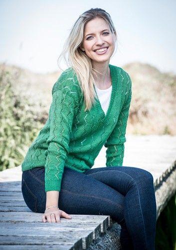 Gratis opskrift på strikket bluse med hulmønster på ærmerne