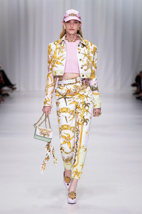 Versace Women's Fashion Show | Online Store EU. Discover the Women's Fashion Show Spring Summer Collection by Versace. Tailoring, sportswear and effortless glamour.