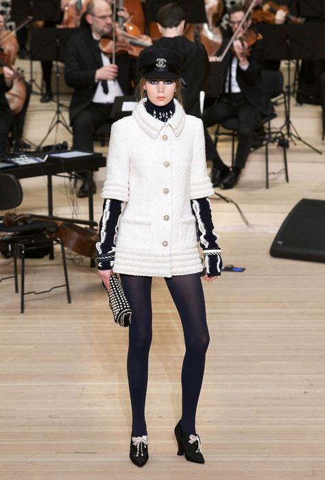The looks of Métiers d'Art Paris-Hamburg Collection on the CHANEL official website
