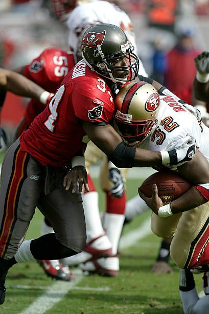 Tampa Bay Buccaneers Defensive Back Dexter Jackson Stops San Francisco 49ers Running Back Kevan Barlow For A Loss Of Yardage During A In 2020 49ers Vs Buccaneers 49ers