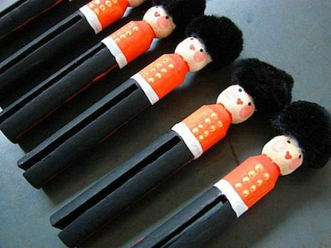 Book: This Is London Craft: Queen's Guard Peg Dolls -thinking day? Christmas Projects, Holiday Crafts, Christmas Crafts, Christmas Tree, Girl Scout Swap, Girl Scouts, Fascinator Wedding, Kids Crafts, Christmas Soldiers