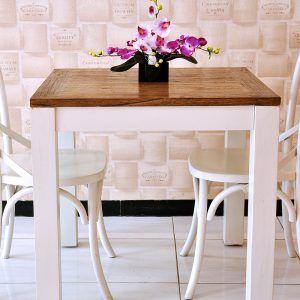 Meja Makan Yang Terbuat Dari Material Kayu Mahoni Yang Solid