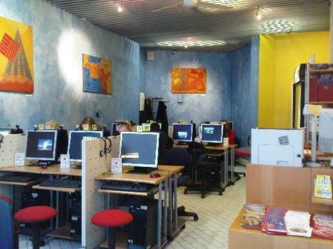 Internet Cafe Surfland Jpg 550 412 Pixels Chill Room Cyber Cafe