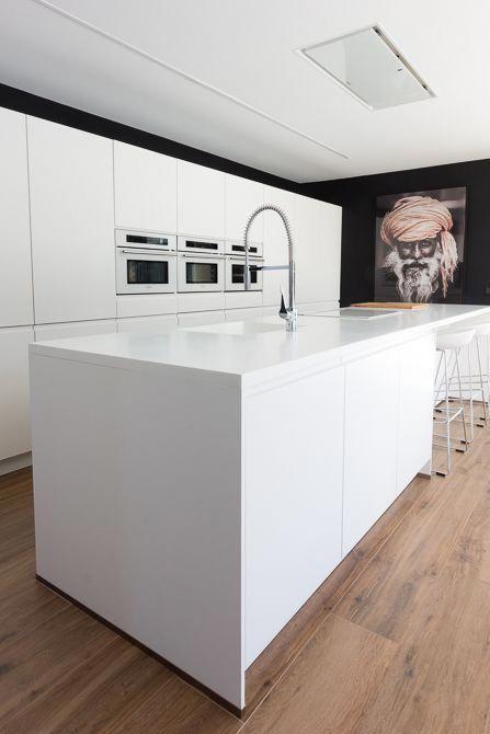 Cocina moderna con isla en casa de diseño Cumbres | Chiralt ...