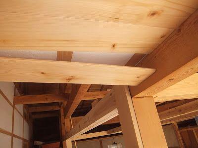 縁側の小さな天井に8枚目のネジを隠しながら9枚目となる羽目板を施工