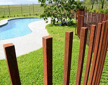 Below We Take A Look At 27 Creative Swimming Pool Fencing Concepts For Domestic Houses Sharing Som Modern Fence Design Removable Pool Fence Fence Design