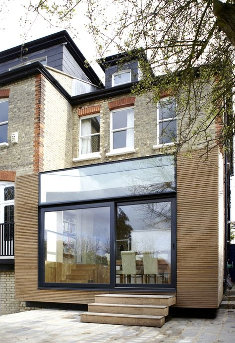 Mini extension en bois à l'arrière d'une maison anglaise. faites construire la vôtre avec les artisans de http://www.avantages-habitat.com/