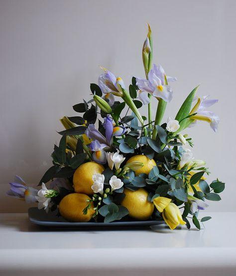 Fiori Giallo Verdognoli A Grappolo.Limoni Iris Fresie Lilium Ed Eucalipto Fiori Ikebana E