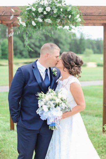 Cute Wedding Photo Idea Bride Groom Kissing Find Your Photographer On Wedding Wedding Photography Bride Beautiful Wedding Photography Wedding Photography