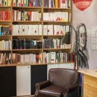 Café mit Buchladen - Sitzbereich mit Bildern berühmter Autoren ...