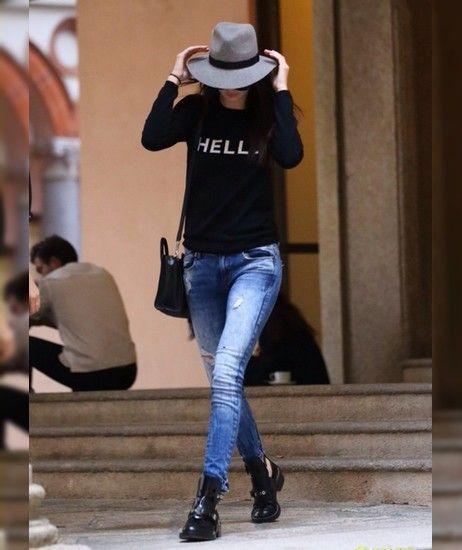 Un jean troué, un sweatshirt, un chapeau en feutrine et des boots ouvertes comme Kendall Jenner.