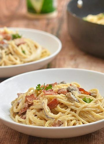Pasta Carbonara Loaded With Crisp Bacon Sauteed Mushrooms And Flavorful Cream Sauce Is A Tasty Pasta Di Carbonara Pasta Chicken Carbonara Recipe Pasta Dishes