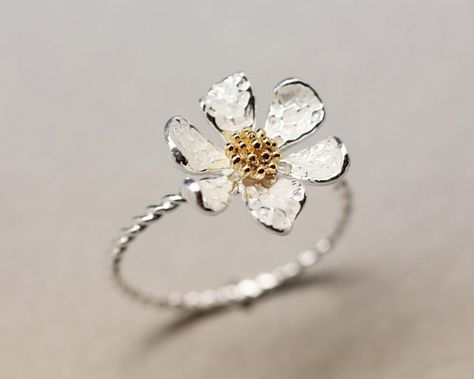 I'm not a ring person but this is so pretty -Danity White daisy flower ring