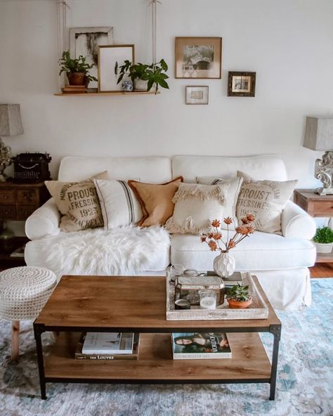 These college apartment ideas show you the perfect way to decorate and organize your apartment on a budget! Living Room Inspo, Apartment Inspiration, Living Room Decor Apartment, Apartment Decorating On A Budget, College Living Rooms, Apartment Living Room, College Apartment Decor, Apartment Interior, Apartment Decorating Living
