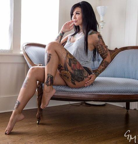 татуированная тетка с негром вагина всей красе