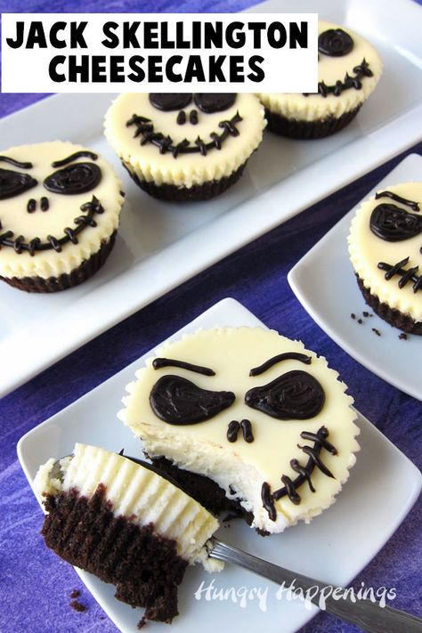 Jack Skellington Käsekuchen Decorate the most amazingly creamy mini cheesecakes with chocolate ganache to create these cool Jack Skellington Cheesecakes. These decadent Nightmare Before Christmas themed desserts would be fun to serve for Halloween. Postres Halloween, Dessert Halloween, Halloween Baking, Halloween Food For Party, Spooky Halloween, Halloween Decorations, Halloween Costumes, Halloween Stuff, Halloween Makeup