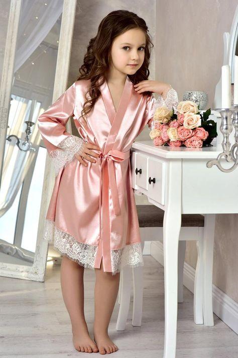Blush Pink flower girl robe Mother daughter gift Junior bridesmaid robe Satin lace robe for girl Family photoshoot Flower girl gown Pfirsich Blumenmädchen Kleid Mutter Tochter Geschenk Junior