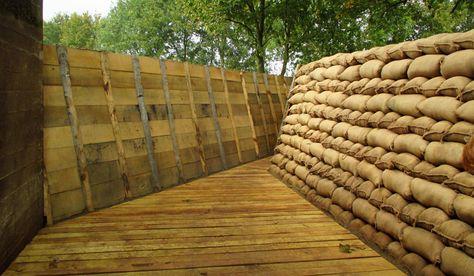 EN de loopgraaf geeft natuurlijk toegang tot de bunker. Daarin komen tzt panelen met informatie te hangen.