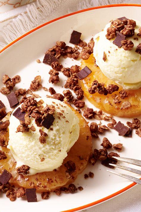 Warme Ananasscheiben mit Vanilleeis und Knuspertopping