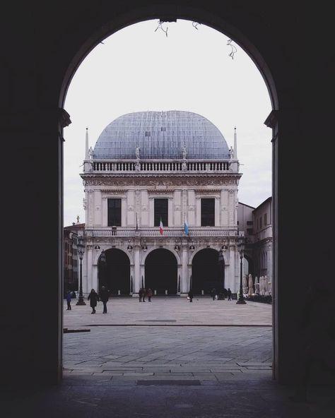 """Moving Culture Brescia su Instagram: """"Buon venerdì igers con la Loggia """"in cornice"""" di @fabbioh_ ________ #brescia #bresciafoto #atlntediviaggio #square #winter4igers…"""""""