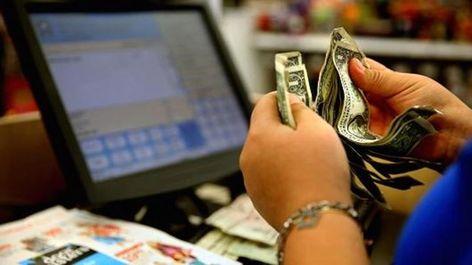 إنفاق المستهلكين في أمريكا يسجل أكبر زيادة في 5 شهور ارتفع إنفاق المستهلكين في الولايات المتحدة أكثر من المتوقع في أبر Credit Score Consumer Spending Person