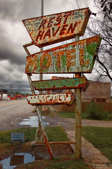Rust Haven - Rust Never Sleeps - Vintage Abandoned Buildings, Abandoned Places, Old Buildings, Abandoned Castles, Haunted Places, Abandoned Mansions, Station Essence, Rust Never Sleeps, Vintage Neon Signs