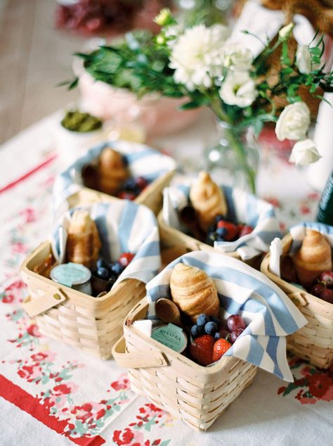 This adorable French themed picnic party provides the perfect inspiration for your next outdoor party. Love the individual picnic baskets! Picnic Birthday, Birthday Parties, Bohemian Birthday Party, Bohemian Party, French Birthday Theme, Cake Birthday, Birthday Party Catering, Parisian Birthday Party, Parisian Party