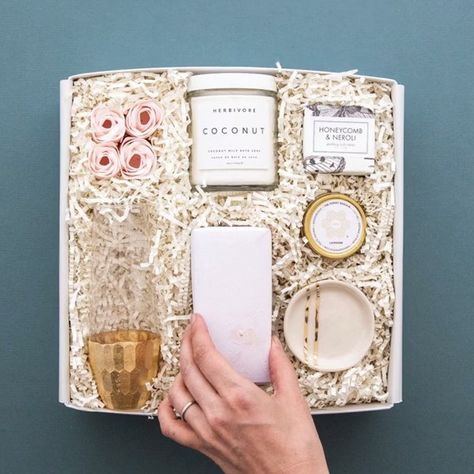 Elevate your brand with custom client gifts. Whether to thank your clients or send client gifts for the holidays, we make it easy to create memorable gifting experiences. Choose from our design your own gift feature, corporate catalog or contact us to design truly one-of-a-kind gifts. #teakandtwine #giftsforclients #corporategifts #holidaygifts #holidaygiftsforclients