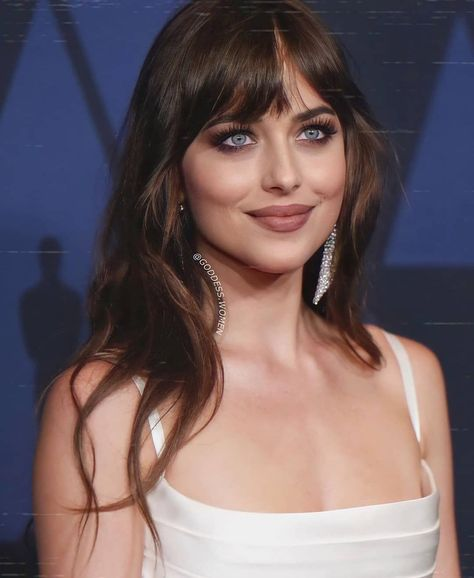 Celebrities With Brown Hair, Natural Hair Styles, Long Hair Styles, Celebrity Makeup, Dakota Johnson, Hairstyles With Bangs, Beautiful Eyes, Foto E Video, New Hair