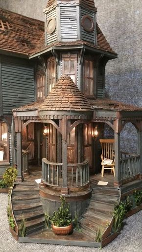 DIY doll house by using a shoebox - There are different methods of making doll houses using different material. The easiest is to make a DIY doll house by using shoebox. These doll house. Haunted Dollhouse, Haunted Mansion, Diy Dollhouse, Dollhouse Miniatures, Victorian Dollhouse, Cardboard Dollhouse, Wooden Dollhouse, Victorian House, Haunted Dolls
