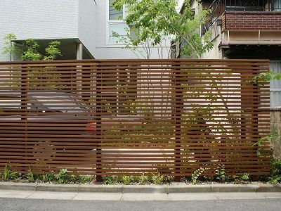 168 目隠しフェンス 細目横板タイプ 木 うんちく 前庭のフェンス 白いレンガの家 フェンス
