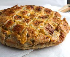 Een makkelijk recept voor heerlijk Turks brood met kaas en kruidenboter uit de oven.
