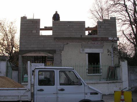 Façade avant de la maison  La charpente de la toiture est terminée
