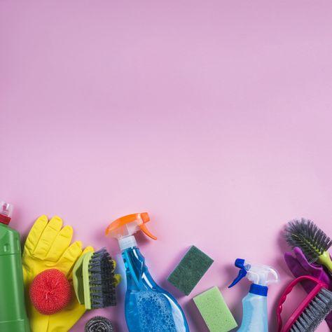 Productos de limpieza en el borde del fondo rosado Foto gratis