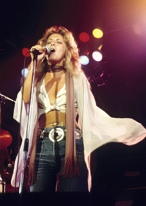 a great photo of Stevie onstage just after she signed up with Fleetwood Mac on New Year's Eve, 70s Inspired Fashion, 70s Fashion, Fashion 2020, Winter Fashion, Peter Gabriel Genesis, Freddie Mercury, Woodstock, Rolling Stones, Rock Music