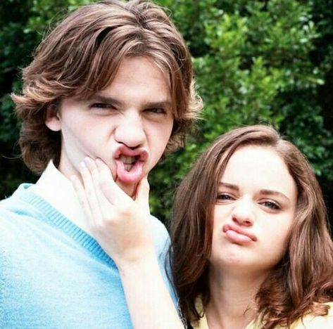 Lee And Elle With Images Kissing Booth Joey King Noah Flynn