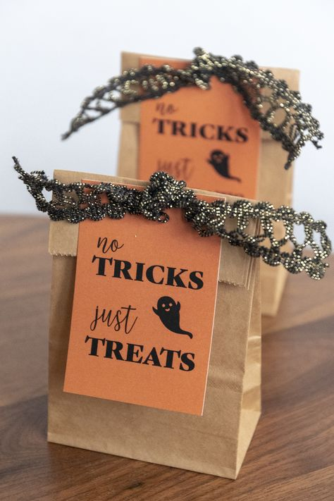 Free Printable Halloween Trick-or-Treat Bag Gift Tags. No Tricks, Just Treats Favor Tags. Halloween candy packaging ideas. #halloween #packaging Diy Halloween Trick Or Treat Bags, Best Halloween Candy, Diy Halloween Gifts, Bonbon Halloween, Halloween Goodie Bags, Halloween School Treats, Halloween Labels, Halloween Party, Halloween Treats