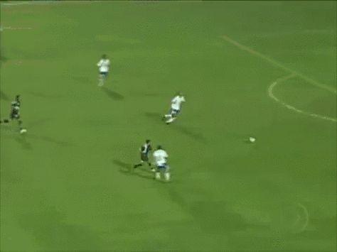 ブラジルの下部リーグで起こった珍事。プレスをかけてきた相手フォワードにあせってしまい、転倒したディレンダー。しかし立ち上がるとボールはゴールの中へ。本人も気づかないスーパーオウンゴールです。